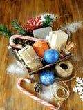 充分篮子圣诞节属性和当前箱子 图库摄影