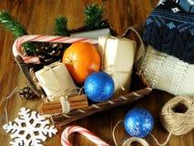 充分篮子圣诞节属性和当前箱子 库存照片