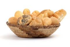 充分篮子在一张白色桌上的面包 免版税库存图片