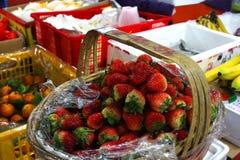 充分篮子在杂货店的草莓 免版税图库摄影
