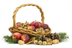 充分篮子苹果,坚果,桂香 免版税库存图片