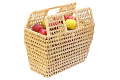 充分篱笆条篮子生物苹果 库存图片
