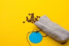 充分粗麻布大袋咖啡豆 免版税库存图片