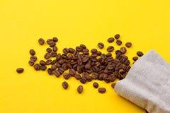 充分粗麻布大袋咖啡豆 免版税图库摄影