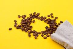 充分粗麻布大袋咖啡豆 库存图片