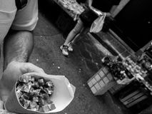 充分纸锥体在市场中的蒜味咸腊肠在卡塔尼亚 免版税库存图片