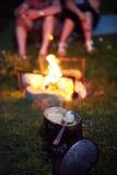 充分罐在背景篝火的谷物在晚上 图库摄影