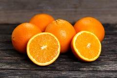 充分美丽的桔子果子和切在老木桌上 有维生素的富有 背景,纹理 免版税图库摄影