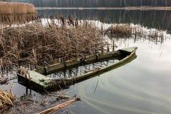 充分老木小船在芦苇的水 免版税库存照片