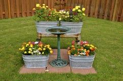 充分老洗涤木盆五颜六色的花 免版税库存图片
