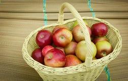 充分苹果的篮子 图库摄影