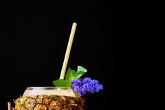 充分菠萝杯子的宏观图片水多的鸡尾酒 在黑背景的一份明亮的原始的饮料 夏天 库存图片