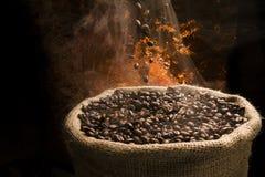 充分落到大袋的咖啡豆发烟性咖啡豆。 免版税图库摄影