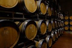 充分葡萄酒库橡木桶 库存图片