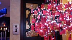 充分行动在树的红色信封庆祝春节 影视素材