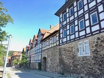 充分街道传统德国半木料半灰泥的房子 免版税库存照片