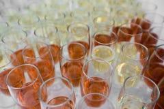 充分表与香槟玻璃 wite和上升了 图库摄影