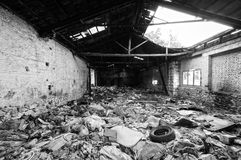 充分被破坏的和被毁坏的老大厦内部垃圾 免版税图库摄影