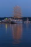 充分装配,五上了船桅皇家飞剪机在口岸瓦尔纳在晚上 免版税库存图片