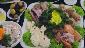 充分豪华桌食物 服务的表在餐馆 影视素材