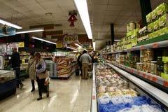 充分超级市场做圣诞节购物的人 免版税库存图片