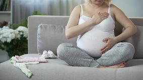 充分轻轻地接触她心爱的怀孕的肚子的母性本能妇女 股票录像