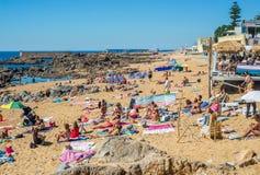 充分过度拥挤的海滩在夏天旺季期间的人 免版税库存照片