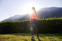 充分运动的女孩站立反对阳光的能量 库存照片
