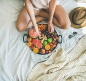 充分采取从盘子的女孩樱桃季节性果子 库存照片