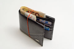 充分钱包有50张欧元和卡片的 免版税库存图片