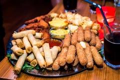 充分银盘开胃菜在党的手抓食物起始者 免版税库存照片