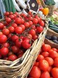 充分销售摊位篮子新鲜的水果和蔬菜 库存图片