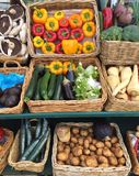 充分销售摊位篮子新鲜的水果和蔬菜 免版税库存图片