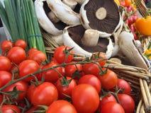 充分销售摊位篮子新鲜的水果和蔬菜 库存照片