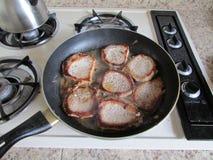 充分长柄浅锅在范围的肉 免版税库存照片