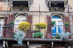 充分阳台在erba正方形的花在维罗纳 免版税图库摄影