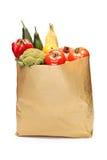 充分食品杂货袋在白色隔绝的菜 库存照片