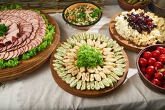 充分餐馆桌肉和菜开胃菜 图库摄影