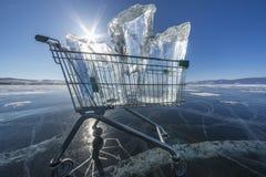 充分购物台车在一个冻湖的清楚的冰 免版税库存图片