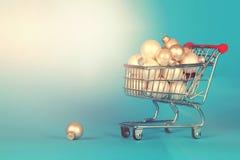 充分购物车圣诞节在葡萄酒styl的装饰球 免版税库存图片