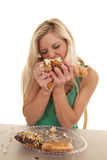 充塞在嘴上的妇女多福饼 免版税图库摄影