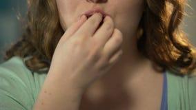 充塞的超重女孩与甜点和巧克力,嚼满嘴 影视素材