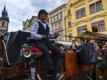 充忙和危险支架乘驾通过布拉格拥挤街道  免版税库存图片