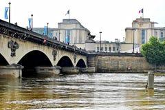 巴黎充斥与塞纳河水平被投下到法线 免版税图库摄影