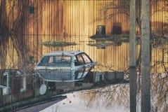 充斥在春天灾害期间对屋顶汽车在一个私有房子的门前 在河流程涨水洪水的水位高 免版税库存照片