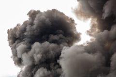 充斥天空的巨大的火的污染烟 免版税库存照片