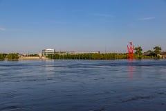 充斥汤姆Hanafan河的边缘公园的奥马哈内布拉斯加河边区的胀大的密苏里河在康瑟尔布拉夫斯衣阿华 免版税库存照片