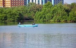 充气救生艇的地方渔夫 免版税库存图片