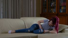 充满在家放置在长沙发的月经胃肠痛苦的女孩 股票视频