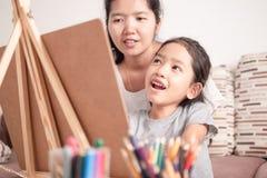 充满幸福的亚洲女孩图画 免版税库存照片